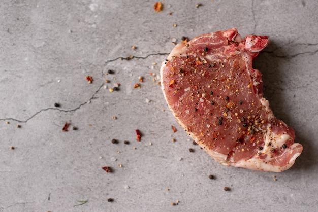 Petto di tacchino crudo, carne di manzo e bistecca di pesce al salmone