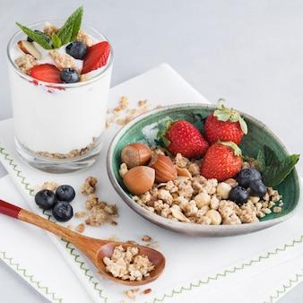 Pezzi ad alta vista di noci e frutta
