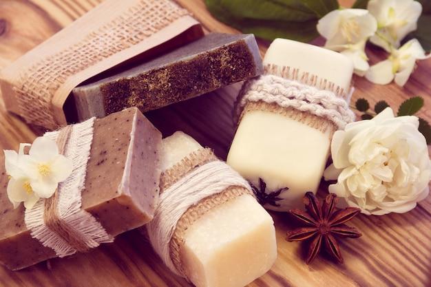 Pezzi decorati di vario sapone secco con gelsomino, rosa e anice