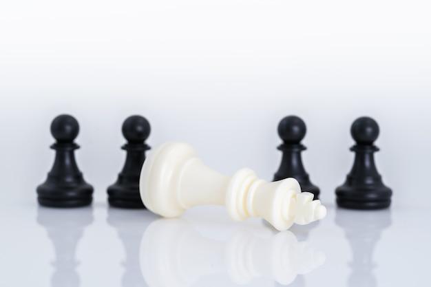 Pezzi degli scacchi in bianco e nero su fondo bianco