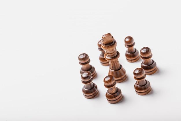 Pezzi degli scacchi isolati su fondo bianco