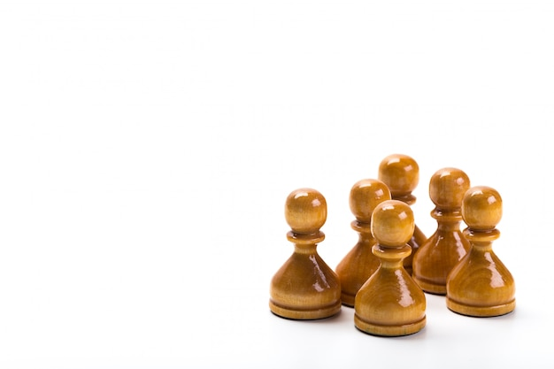 Pezzi degli scacchi o di gioco di scacchi con fondo bianco