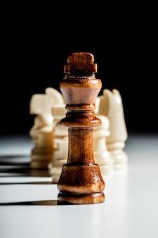 Pezzi degli scacchi su un nero