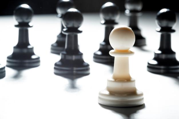 Pezzi degli scacchi su uno sfondo nero
