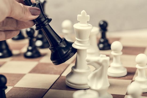 Pezzi degli scacchi sul bordo nel fuoco selettivo della sfuocatura