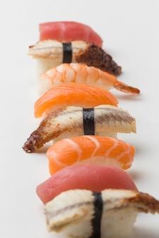Pezzi del primo piano di pesce saporito