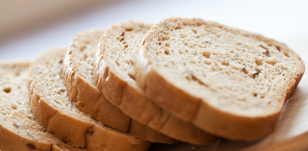 Pezzi della torre di pane su una tavola