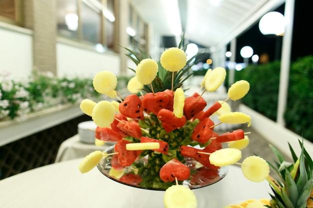 Pezzi di ananas e anguria tagliati a forma di cuori