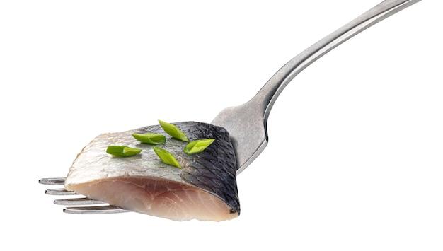Pezzi di aringhe salate sulla forcella