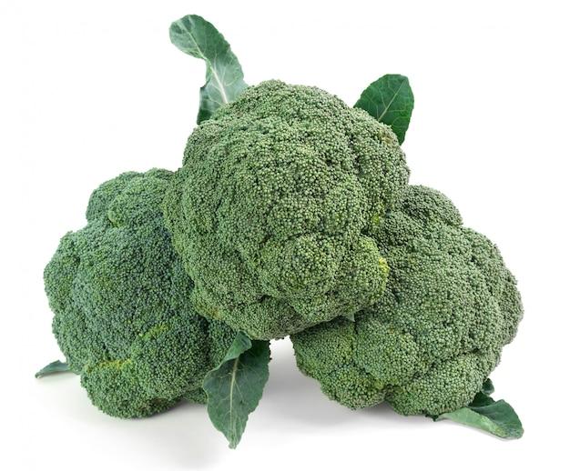 Pezzi di broccoli isolato su bianco