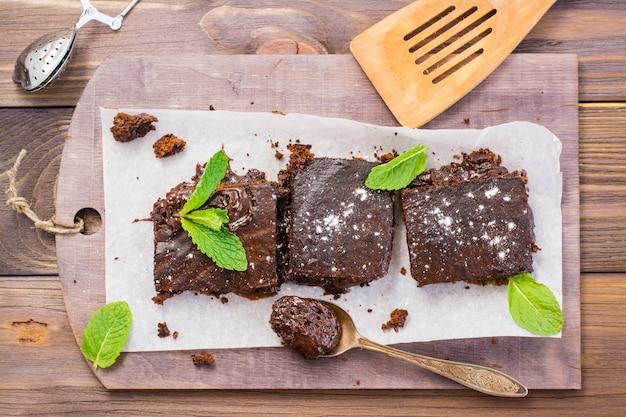 Pezzi di brownies al cioccolato fatti in casa con foglie di menta, vista dall'alto