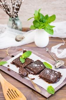 Pezzi di brownies al cioccolato fatti in casa con foglie di menta