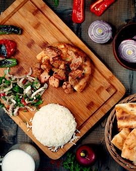 Pezzi di carne fritti riso e cipolla mescolati con erbe e sumac