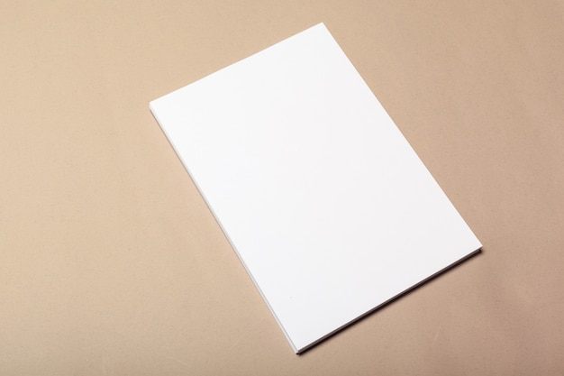 Pezzi di carta bianca per mock up su un beige