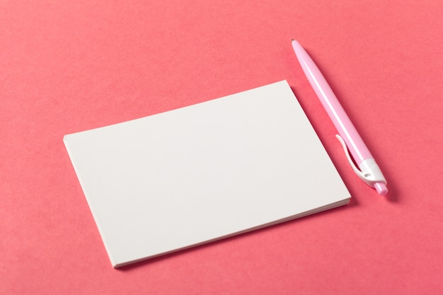 Pezzi di carta bianca su un colore rosa