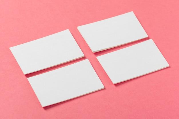 Pezzi di carta bianca su uno sfondo colorato di rosa