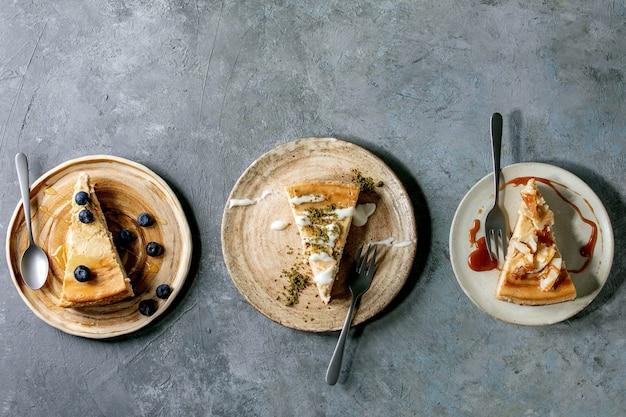 Pezzi di cheesecake con diversi condimenti