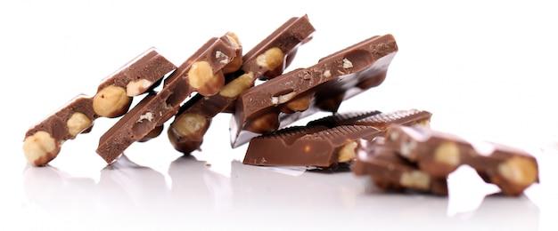 Pezzi di cioccolato al latte con noci