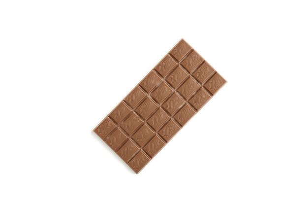 Pezzi di cioccolato al latte isolati su bianco