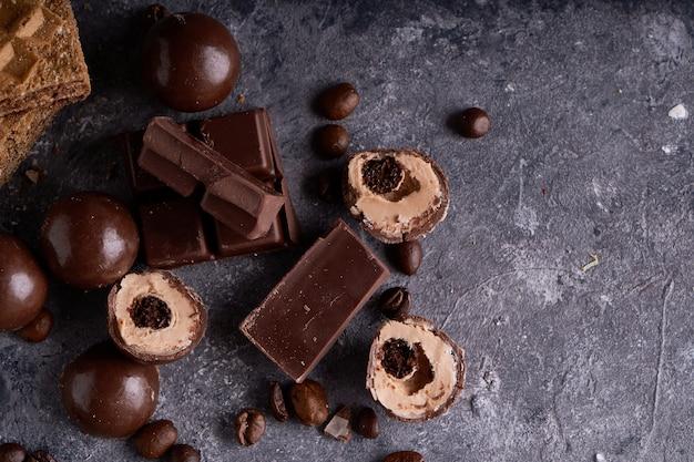 Pezzi di cioccolato bianco e nero, cioccolatini