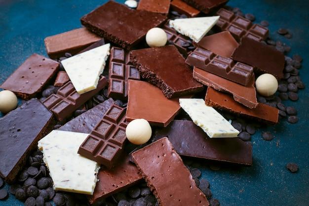 Pezzi di cioccolato fondente, bianco e al latte. vista dall'alto