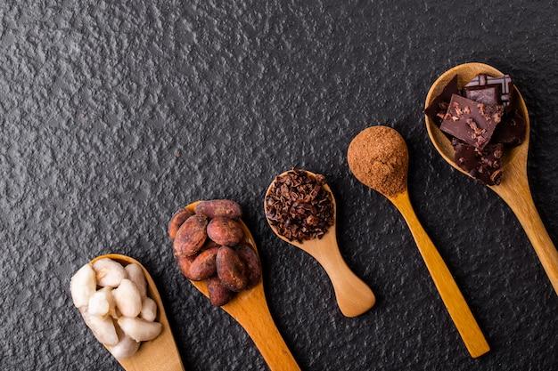 Pezzi di cioccolato fondente tritati e fave di cacao, vista dall'alto