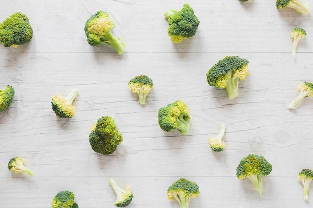 Pezzi di disposizione dei broccoli sulla tavola di legno