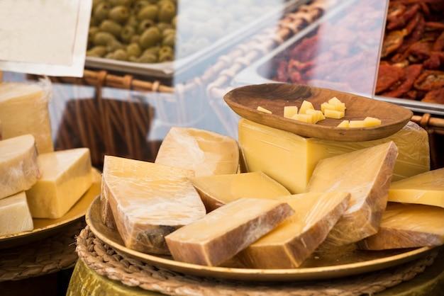 Pezzi di formaggi diversi in un mercato locale europeo