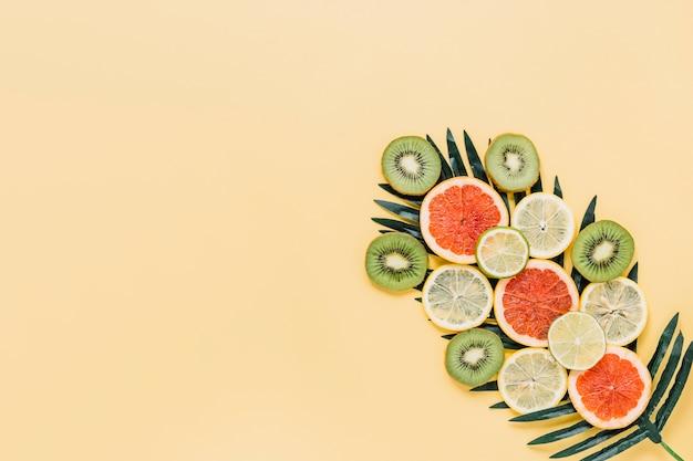 Pezzi di frutta su foglia di palma