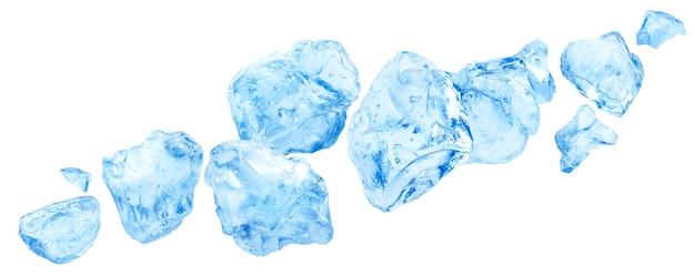 Pezzi di ghiaccio che cadono, mucchio di ghiaccio tritato isolato su bianco