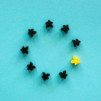 Pezzi di gioco da tavolo meeple neri e gialli