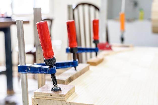 Pezzi di legno con morsetti a c e morsetto a barra