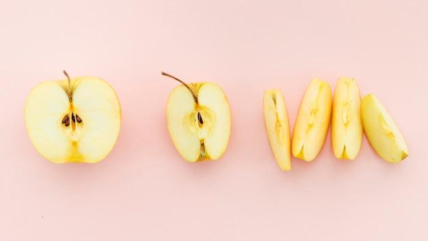Pezzi di mela gialla deliziosa matura
