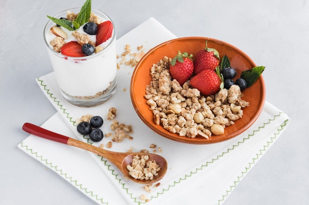 Pezzi di noci e frutta sul panno della cucina