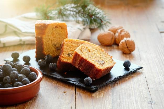 Pezzi di pan di spagna alle noci e mirtilli con fondo rustico