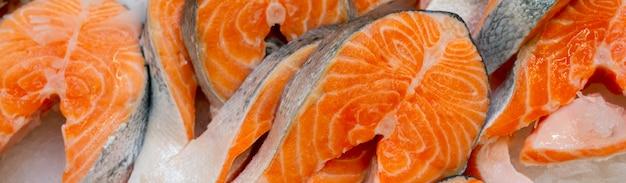 Pezzi di pesce refrigerati. bistecche di salmone fresche. vendita di frutti di mare in negozio. vetrina negozio di pesce.