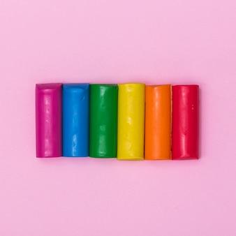Pezzi di plastilina arcobaleno per stampaggio