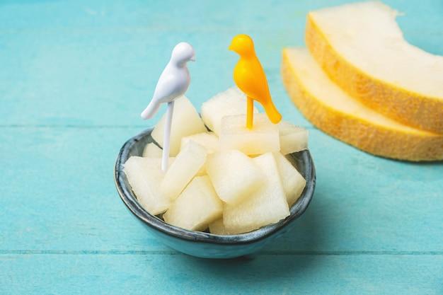 Pezzi di polpa di melone in una ciotola sul tavolo.