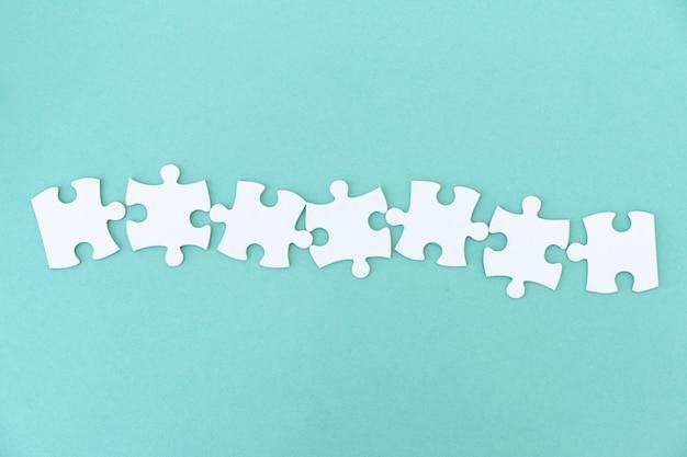 Pezzi di puzzle in fila