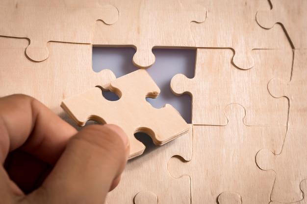 Pezzi di puzzle nelle mani della donna