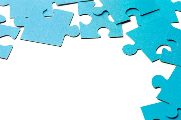 Pezzi di puzzle su blu
