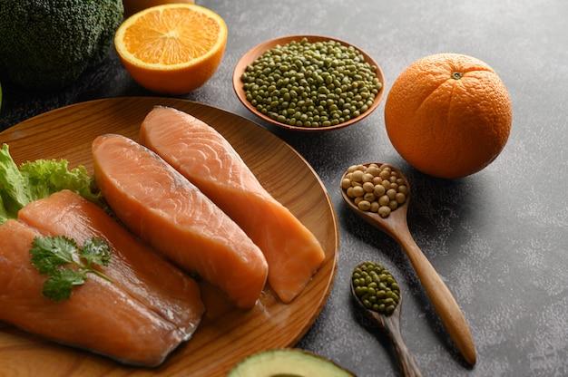 Pezzi di salmone su un piatto di legno. messa a fuoco selettiva.