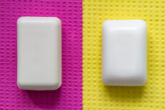 Pezzi di sapone per la protezione e la prevenzione da batteri e virus su una superficie giallo-rosa