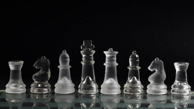 Pezzi di scacchi trasparenti a bordo