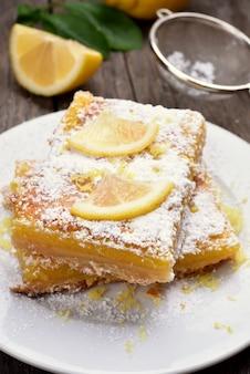 Pezzi di torta al limone