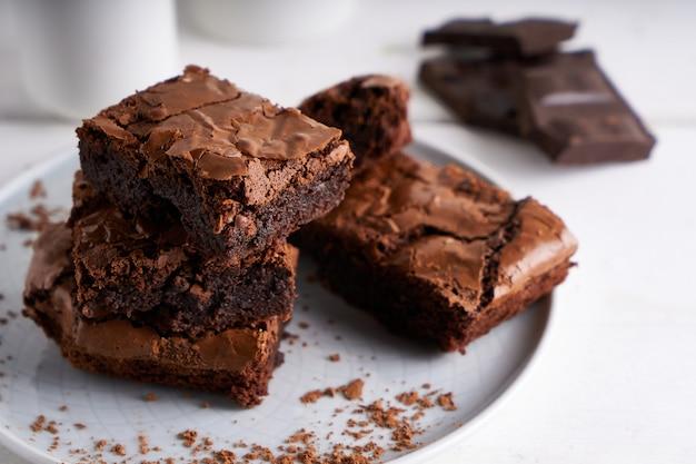 Pezzi di torta brownie servita su un tavolo bianco torta al cioccolato