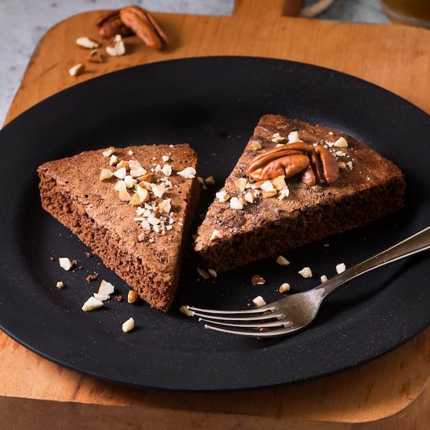 Pezzi di torta deliziosi del primo piano pronti per essere servito
