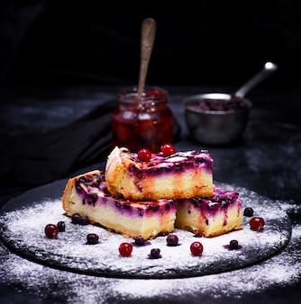 Pezzi di torta di ricotta con bacche di mirtillo