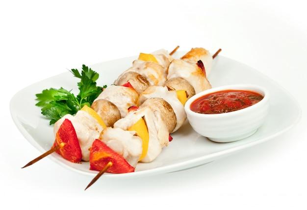 Pezzi fritti di una gallina con salsa