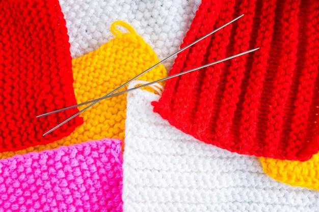 Pezzi lavorati a maglia dai grovigli